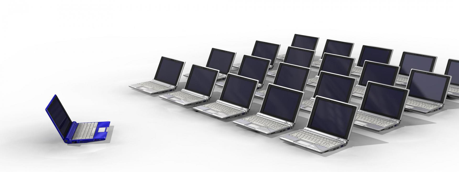 Mehrere Laptops wie in einer Schulklasse angeordnet