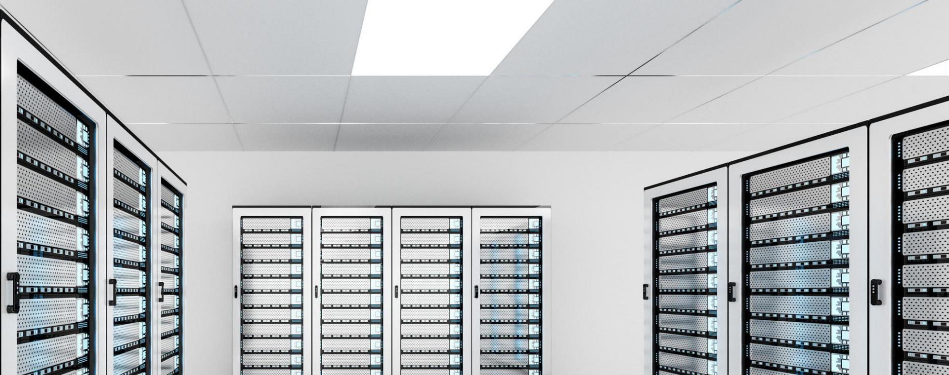 Hell beleuchteter Serverraum mit Racks